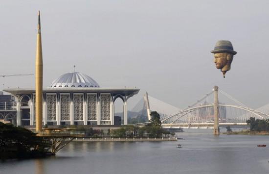 マレーシアの国際熱気球大会でゴッホの顔気球が飛んだ!